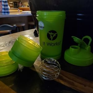 Shaker cup with whisk ball